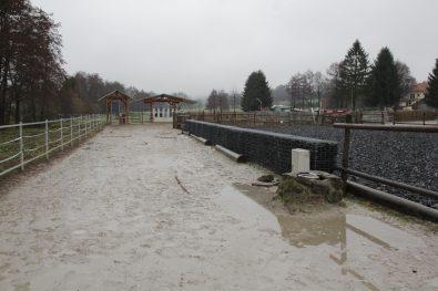 Nass, aber nicht matschig. Der Quarzsand bleibt auch bei furchtbarem Wetter trittfest.