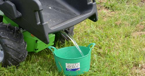 Die Wanne der Donky ist auch ein 85-Liter-Wassertank. Foto: Pferdebetrieb